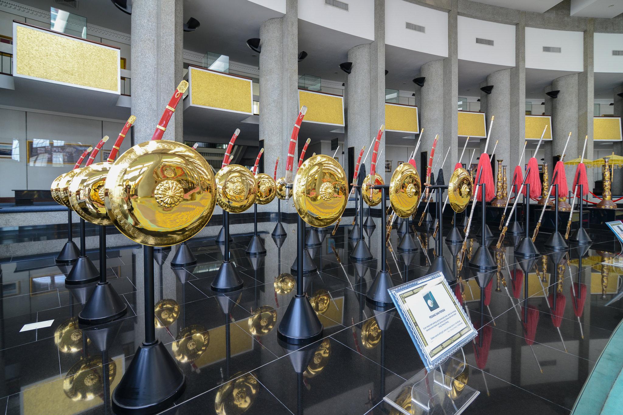 Ceremonialne złote tarcze fot. Jorge Láscar / Flickr
