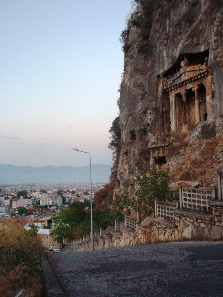 Jeden z licznych w Fethiye grobowców w stylu licyjskim